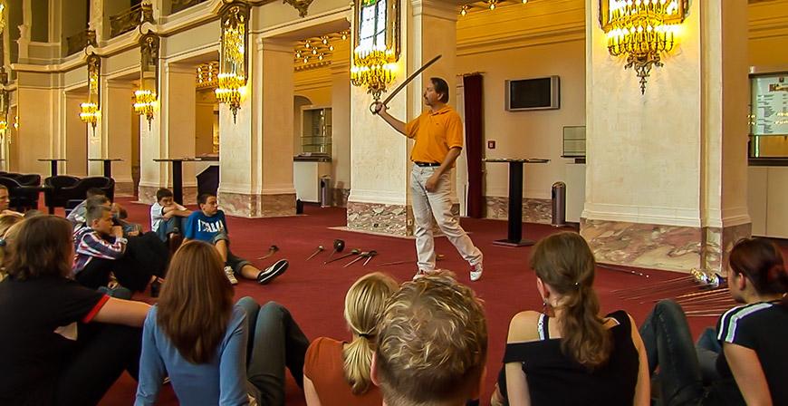 Workshops für Jung und Alt zum besseren Verständnis über die Schwierigkeit des Bühnenfechtens - mit Bruno Jerepitznik